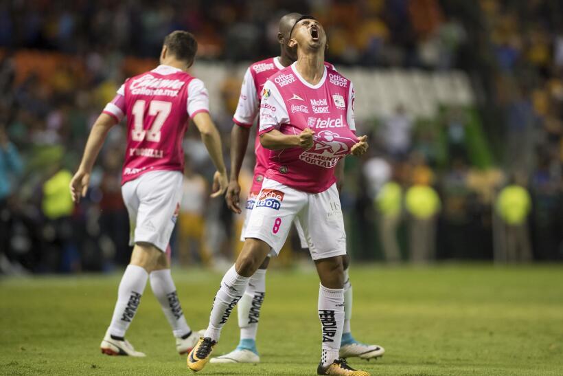 Carlos Salcido va de héroe a villano en la derrota de Chivas ante Moreli...