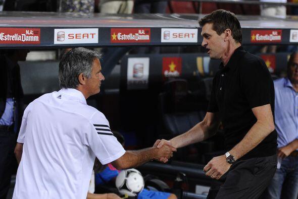 Mourinho correspondió al gesto de su compañero de profesión y todo parec...