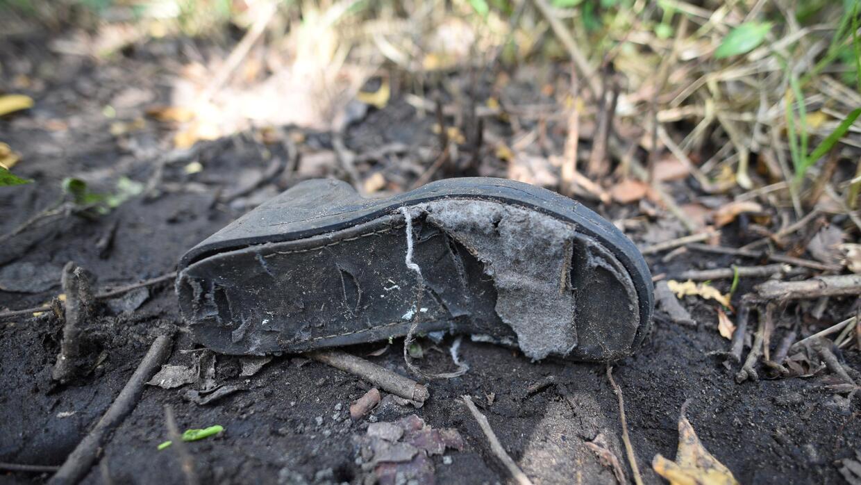 Zapato de mujer en las inmediaciones de la nueva fosa clandestina encont...