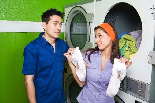 Tampoco seques la ropa durante mucho tiempo. De ser así, la ropa se pued...