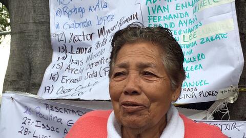 Yolanda Pérez Guzmán espera noticias de su hijo Juan Antonio, quien qued...