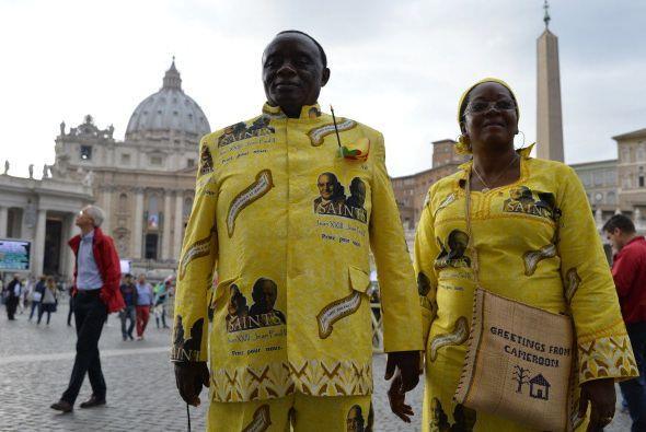 Y esta pareja coordinó el color de sus trajes y también a los Papas que...