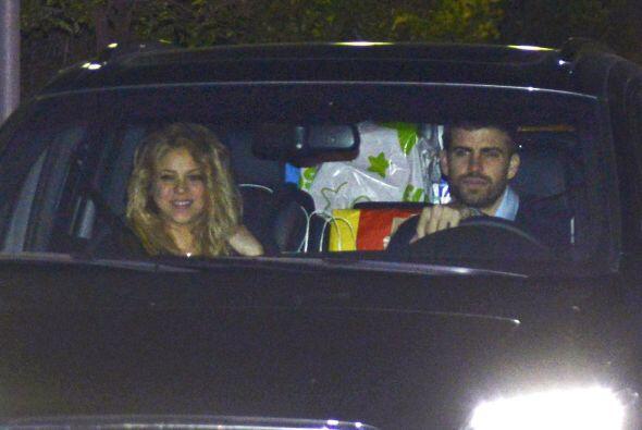 Shakira y Piqué llegan a la fiesta, con el auto repleto de regalos.