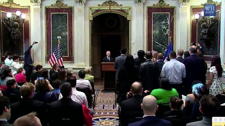 Los 15 nuevos ciudadanos estadounidenses toman juramento en la Casa Blanca.