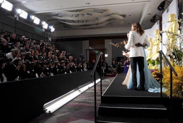 Cuentan que en la sala de prensa, Jared Leto prestó su Oscar para que lo...