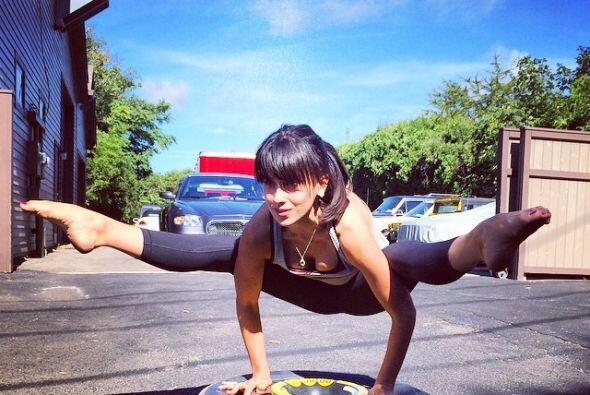 Se dice que la esposa de Alec Baldwin comenzó a retratarse haciendo yoga...