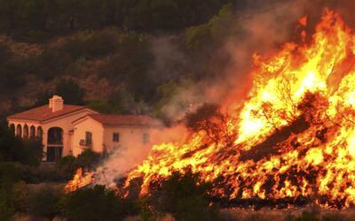 El incendio Thomas se extiende por los condados de Ventura y Santa B&aac...