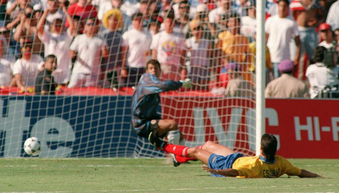Historias de Mundiales: el autogol de Andrés Escobar que desembocó en su...