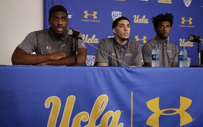 Cody Riley (i), LiAngelo Ball (c) y Jalen Hill (d), durante la conferenc...