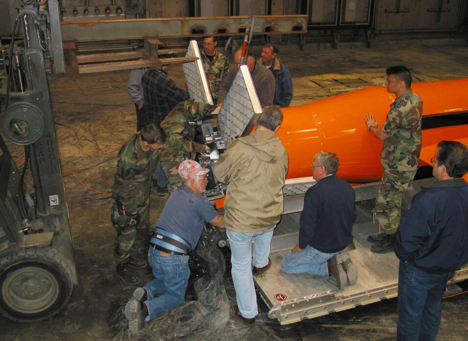 EEUU lanza por primera vez su bomba más potente no nuclear en Afganistán...