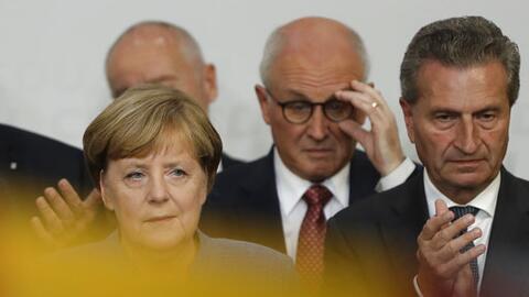 La canciller Angela Merkel da un discurso tras las elecciones en las que...