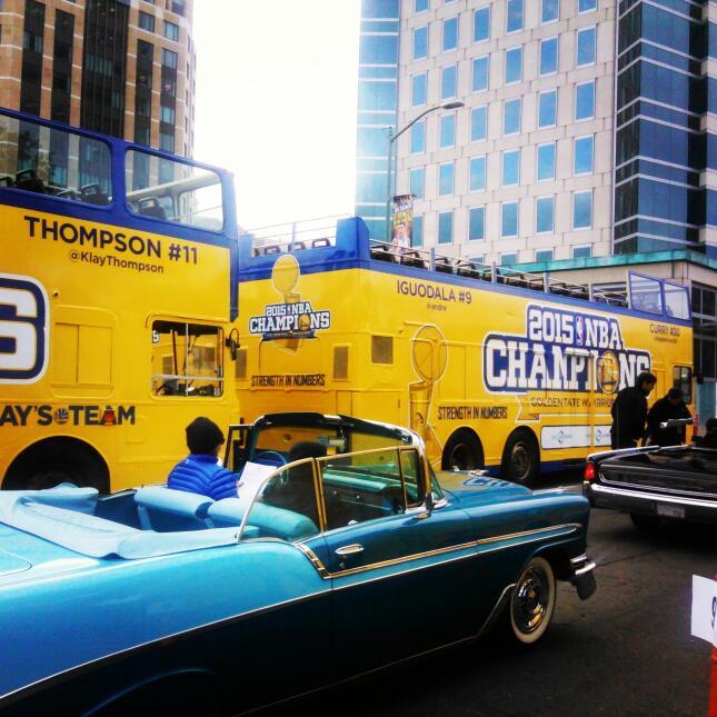 Cientos de aficionados salieron a las calles de Oakland para ver a los c...
