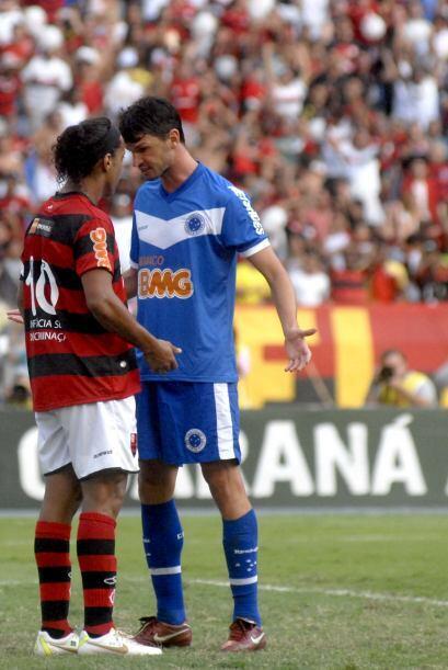 ´Que le pasa a voce...´ le pregunta Ronaldinho a un defensor...
