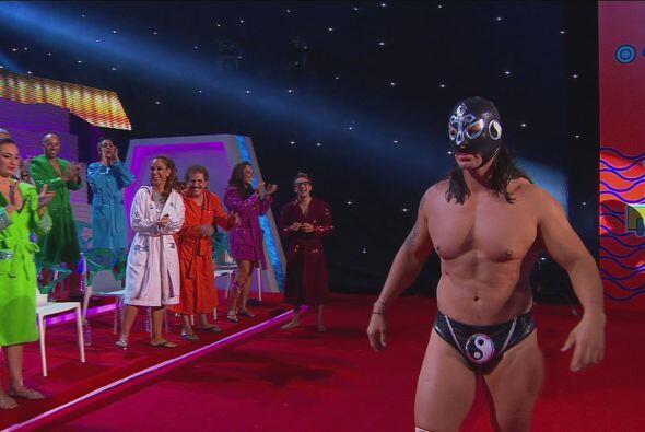 El Elegido nos mostró sus músculos y jamás se quitó su máscara.
