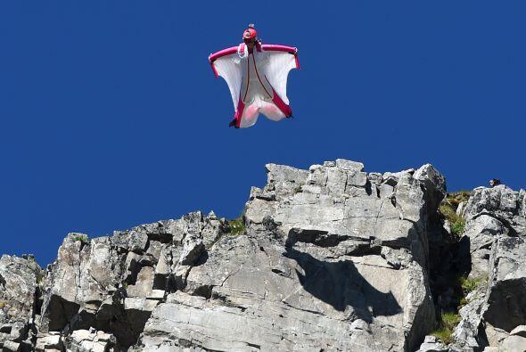 La suiza Geraldine Fasnacht salta desde lo alto de la montaña Brevent en...