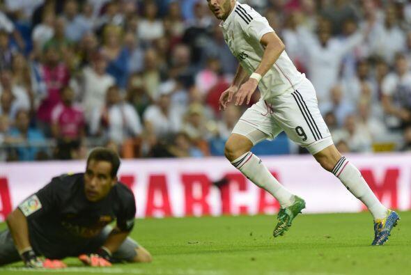 Nada pudo hacer Claudio Bravo, que vio como el tercer gol entraba en su...