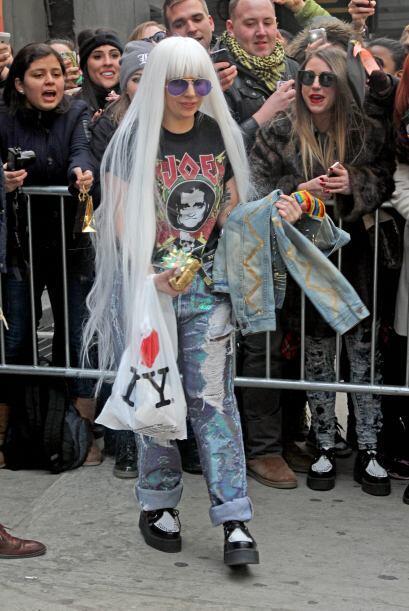 Aquí nuevamente Lady Gaga con un 'look' súper rockero y rebelde. ¿Lo más...