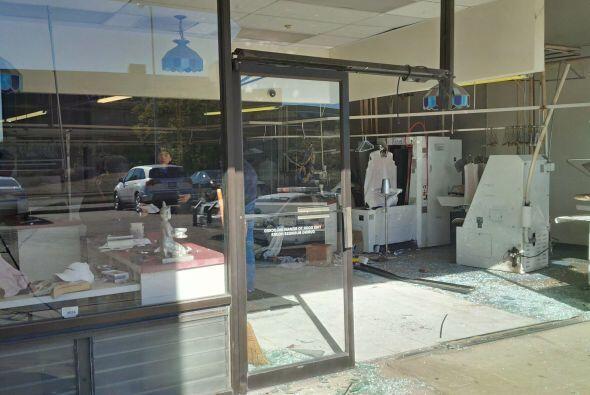 Auto se estrella contra lavandería