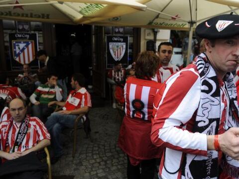 Miles de hinchas del Athletic de Bilbao y del Atlético de Madrid...