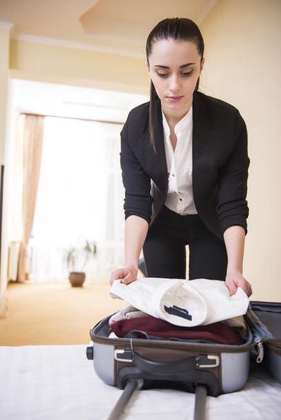 Si tienes poco espacio, enrolla la ropa en lugar de apilarla y, si lleva...
