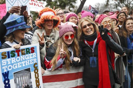 Una gran multitud rosa se toma Washington D.C. gloria steinem.jpg