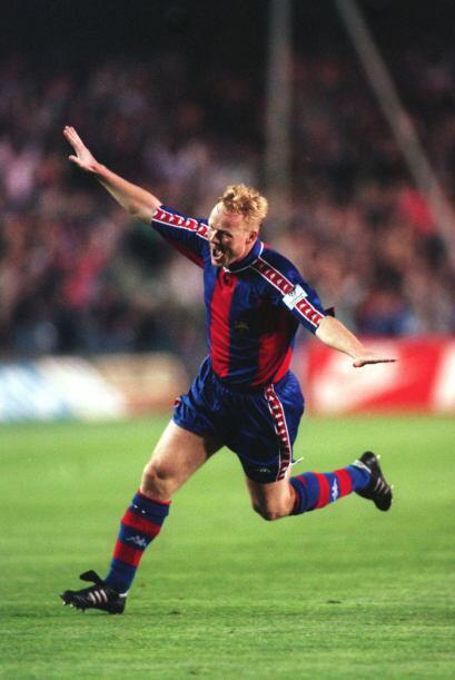1994: A pesar de ser defensa, Ronald Koeman del Barcelona y Wynton Rufer...