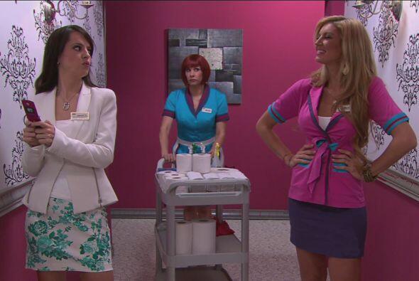 Las mujeres estaban muy emocionadas platicando de la ropa que usarían pa...