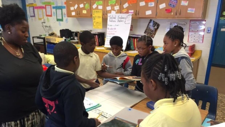 Tamika Peters, una maestra de cuarto grado en Baltimore, con sus alumnos.