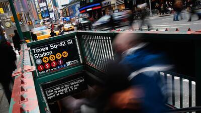 Una de las entradas a la estación de Times Square–42nd Street, en el cen...