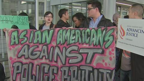 Asiáticos protestan en United del Aeropuerto O'Hare de Chicago tras vide...
