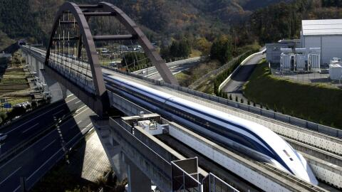 Un tren de levitación magnética –más conocidos como...