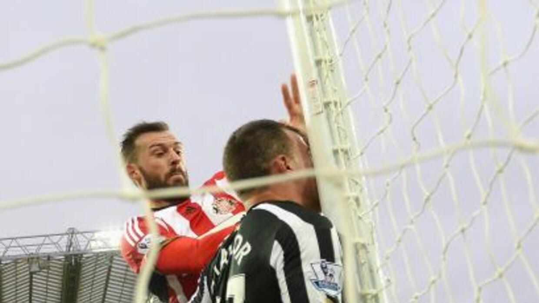 El defensor se estrelló con el poste al evitar un gol en contra de su eq...