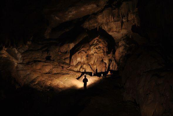 El peligro de las cuevas atravesadas por ríos consiste en que, si comien...