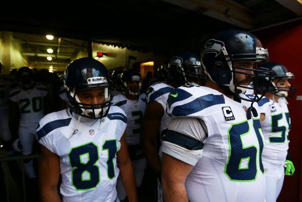 Los Seahawks a la espera de ingresar al emparrillado. Los nervios a 'flo...
