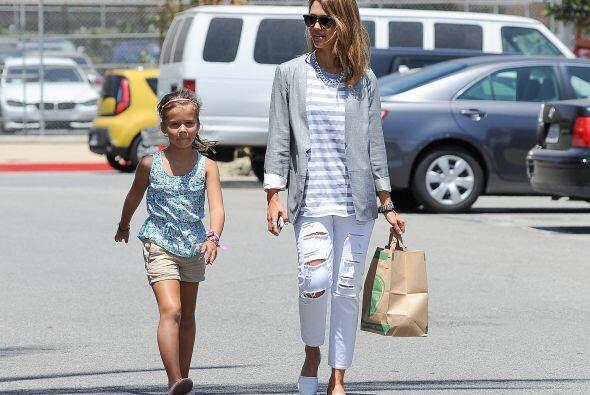 La 'mini fashionista' acompañó a su famosa mamá al trabajo y cargó con t...