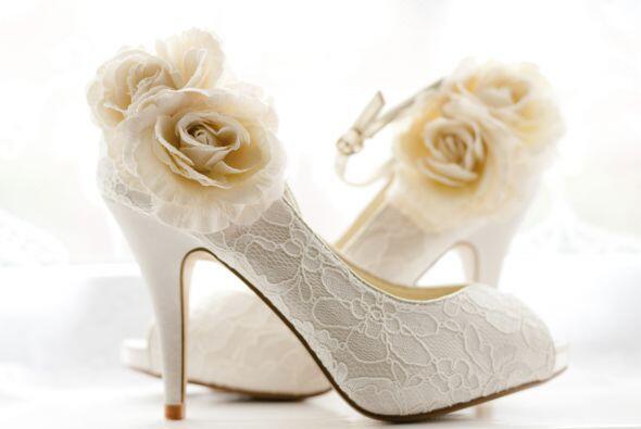 Te puedes arriesgar con zapatos con una flor de tela o bordados.