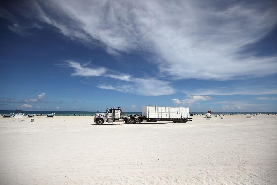 Un camión de carga se lleva las sillas de playa de Miami Beach, u...