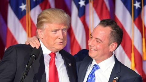 Reince Priebus, presidente del Comité Nacional Republicano, abraz...