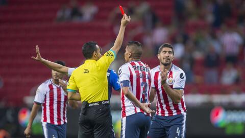 Jair Pereira mientras le enseñan la tarjeta roja en el duelo ante Puebla.