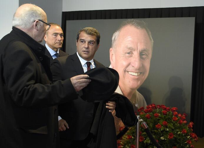 El Camp Nou recibió a cientos de aficionados para honrar a Johan Cruyff
