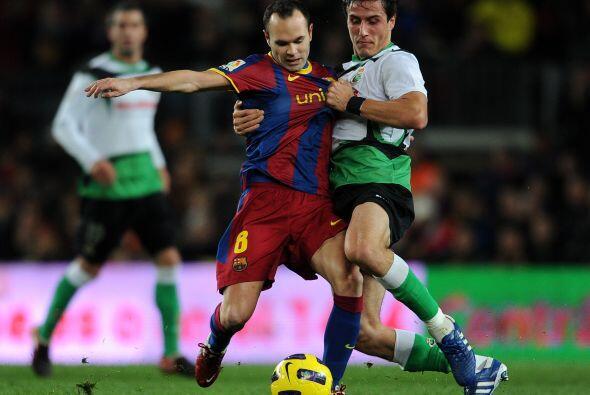 Iniesta sufrió la insistente y fuerte marca de los jugadores rivales.