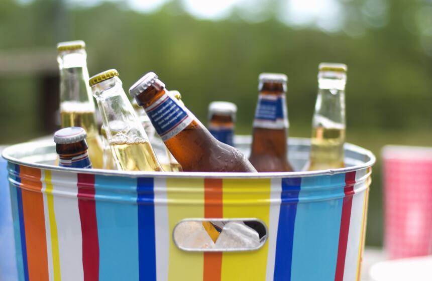 Y como es tarde de parrillada te sugerimos que acompañes con bebidas ref...