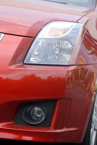 Las luces delanteras fluyen por el contorno de la carrocería.