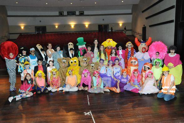 Maity posando con los 39 niños que actuaron, entre ellos su hermana Hena...
