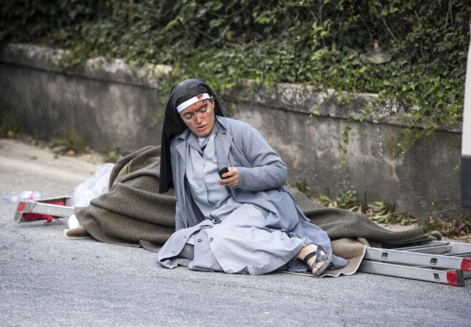 Una religiosa ensangrentada en el suelo, una de las imágenes que simboli...
