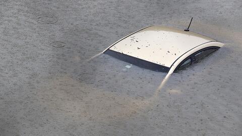 Vehículo sumergido en una inundación en Houston durante el...