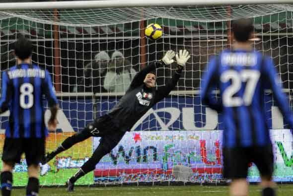 Las cosas empezaron mal para el líder, el Inter, con este gol de Maccarone.
