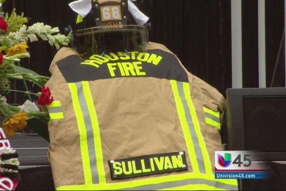 Rinden tributo a bomberos caídos