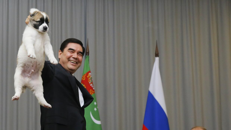 El presidente de Turkmenistán, Gurbanguli Berdimujamedov, mostrando el c...