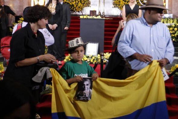 Muchos llevan sus fotos y banderas.